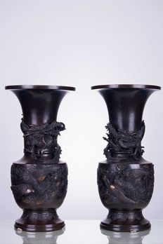 Pair of large (50 cm) bronze vases, signed – Japan, 19th Century (Meiji Era, 1868-1912)