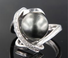 14 kt white gold ring set with a central grey-blue freshwater cultured pearl and 14 brilliant cut diamonds, approximately 0.32 carat in total ***NO RESERVE***