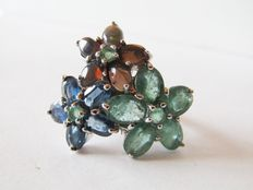 Ring with flowers in 925 silver with in emeralds, in sapphires and in opals – 18 mm in diameter