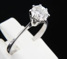 14 kt white gold solitaire ring set with a brilliant cut diamond, approx. 0.94 carat in total