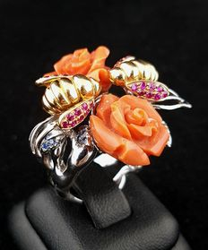 Unique ring with flower and bees pattern