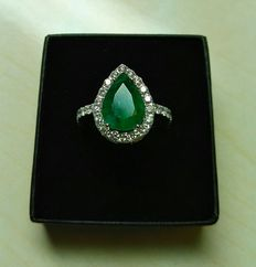 White gold (18 kt). Ring with 3.10 ct emerald and 1.10 ct diamonds. Size: 12.