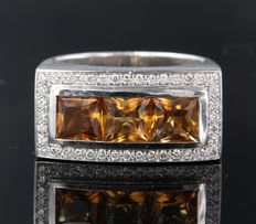 Puck Eigenman – 18 kt white gold ring set with 4.50 carat citrine and brilliant cut diamonds, approx. 0.40 carat in total, ring size 18.5 (58)