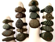 Collection of 18 decorated Ancient Roman and Medieval bronze rings - 19mm / 25mm (18)