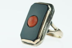 Gold (14 kt) and silver Art Deco ring, set with precious coral on black onyx, size 18-