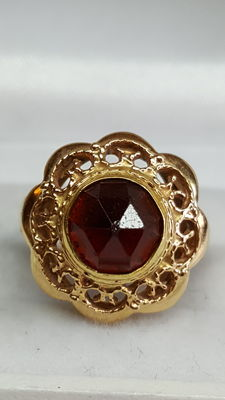 Yellow gold ring of 14 kt set with garnet