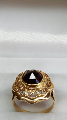 14 kt yellow gold ring set with garnet