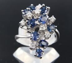 18 kt white gold ring set with sapphire and 8 brilliant cut diamonds of approx. 0.30 ct in total***NO RESERVE PRICE****