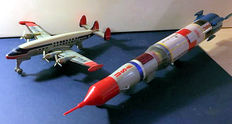 "Nomura - T. N. / Tomiyama, Japan - Length 26-54 cm -Lot with ""Apollo Saturn 2 - Stage Rocket"" and ""Lockheed Constellation Northwest Orient"" airplane with battery / friction motor, 1950s/70s"