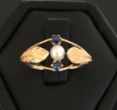 Gorgeous late 20th century ring in 18 kt pink gold, centred with a pearl framed by two sapphires - No reserve