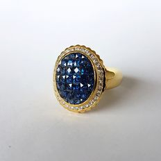 Gold ring with 2.4 ct sapphire and 0.53 ct diamond entourage - Size 54 - Weight: 8.88 g.
