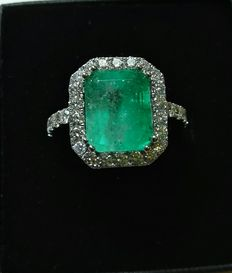Exclusive 18 kt white gold handmade ring. 4.73 g, 4.55 ct emerald and 1.2 ct GVS diamonds. Size: 12
