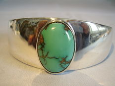 Designer bangle with large natural turquoise cabochon - 15 ct