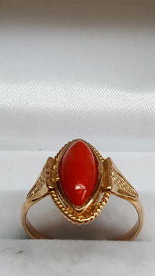 14 kt yellow gold ladies' ring set with Mediterranean precious coral.