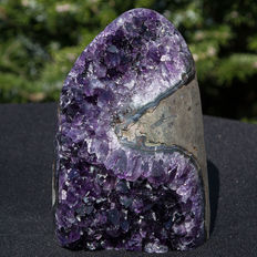 Amethyst geode with polished agate edge and dark purple crystals - 14 x 9.5 cm - 1268gr