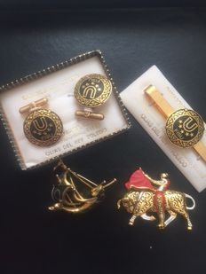 Set of gold jewellery from Toledo. Brooch representing bull fights, gold cufflinks with gold damascene.