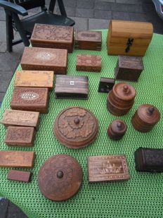 Lot with 21 carved, wooden storage boxes and tobacco and cigarette barrels