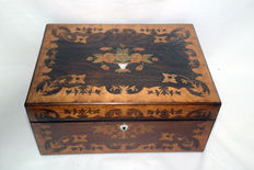 A orsewood and birds eye maple marquetry box, England - ca. 1845