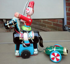 "TPS, Japan - Height 14 cm - Tin ""Mounted Cavalry Man with Cannon"" with clockwork motor, 60s"