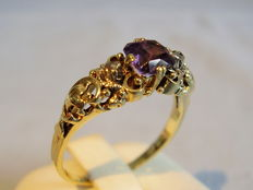 A gold amethyst and diamond ring, 14 kt yellow gold