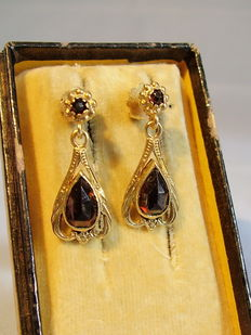 2 part earrings with faceted rose-cut garnets