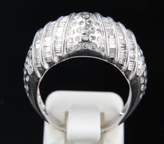 18k white gold ring set with taper shape and brilliant cut diamonds of in total approx. 1.00 carat