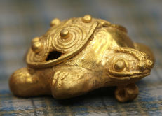 Pre-Colombian tumbaga gold turtle-shaped pendant - l. 37 mm