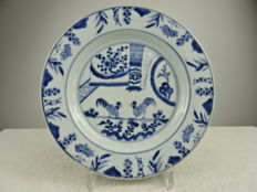 Porcelain plate with rooster fighting scene - China - 18th century