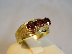 Handmade ring with faceted garnet of approx. 1 ct