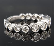14 kt white gold ring set with sixteen brilliant cut diamonds with a total of approx. 1.70 carat