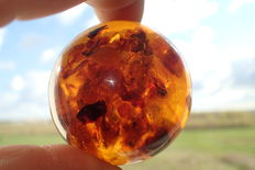 Amber ball in whisky/ cognac colour, total weight 101,43 grams