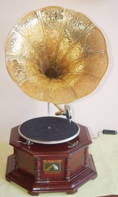 Replica of an octagonal gramophone made of walnut with retro trumpet, in perfect working condition