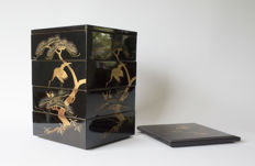 A complete 4-part Jubako set. In original storage case. Decorated with multi-coloured maki-e varnished nest of cranes in a pine tree - Japan - 1920-1930