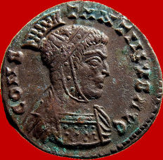 Roman Empire - Constantine I 'the Great' (306-337 A.D.) helmeted bronze follis (2,68 g. 18 mm.). Lugdunum mint. 320 A.D. Two victories. P captives L. Rare.