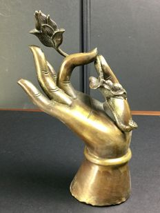 Buddha's hand in patinated bronze - Nepal - Second half of 20th century.