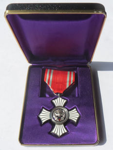 Japanese original Red Cross medal of honour in silver with box - 20th century.