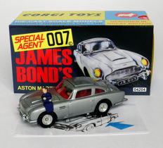 Goldfinger - Corgi - Approximately 1/43 scale - Aston Martin DB5 - 2014 50th anniversary