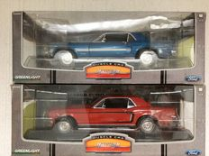 Greenlight - Scale 1/18 - 1968 Ford Mustang GT Coupe - Candy Apple Red & 1968 Ford Mustang GT California Special - Acapulco Blue