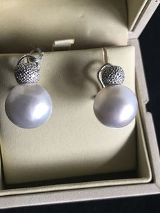 Earrings in 18 kt gold, with 20 mm Mabé pearls and diamonds.