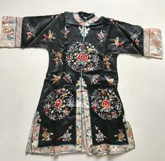 Embroidered silk robe - China - Late 19th/early 20th Century.