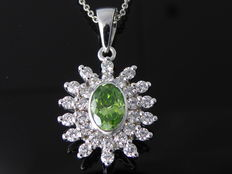 18 kt white gold necklace with fancy intense olive yellow-green colour, cut diamond and diamonds in total 0.80 ct