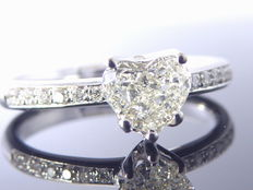 Diamond ring with heart-shaped cut diamond of 0.45 ct and 14 diamonds of 0.10 ct in total *** No minimum price ***
