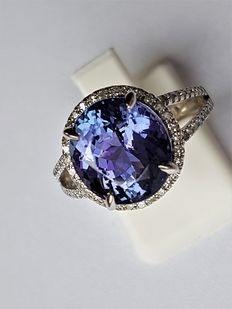 14kt Whitegold Ring with Diamonds & a Deep Violet Blue Tanzanite - 5.75 ct