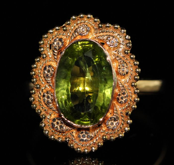 18 kt gold ring set with peridot 4 ct – size 59 ***No reserve***