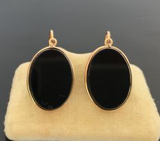 Fine pair of dangling earrings in 18 kt gold decorated with beveled oval onyx plates, 19th century – No reserve price