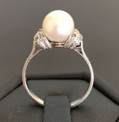 Ring in 18 kt gold and platinum decorated with a genuine pearl of 8.2 mm in diameter, surrounded with diamonds – No reserve price