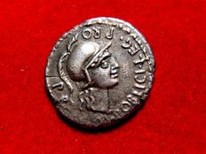 Roman Republic - Cn. Pompeius Magnus silver denarius (3,55 grs. 20 mm.) minted in Hispania in the war against Julius Caesar, between 46-45 B.C. M. POBLICI LEG PRO.