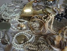 Large collection of decorative jewelry 150 pieces.
