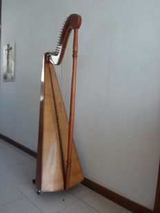 LOT CONTAINING A 37-STRING CELTIC HARP FROM THE 50s 37 CELTIC HARP STRINGS 50 years