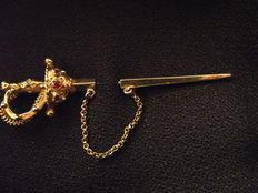 Sword-shaped women's brooch
